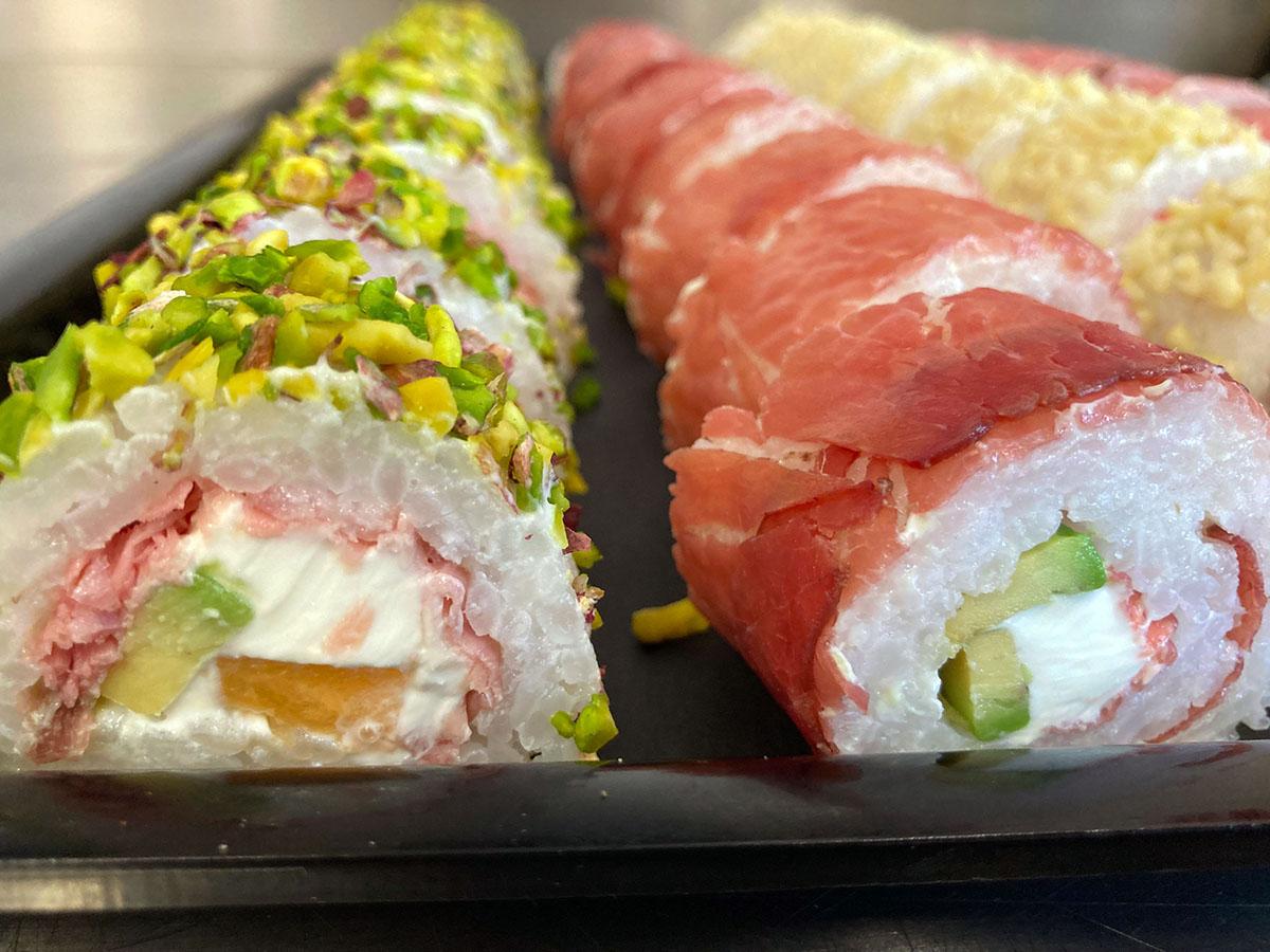 Sushi di carne con Philadelphia avocado zucchine e granella di mandorle e nocciole